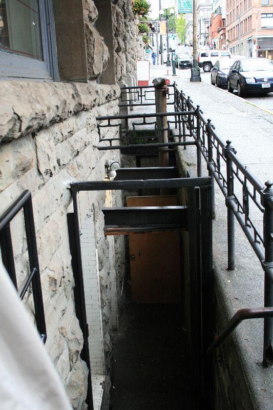 in den Untergrund...