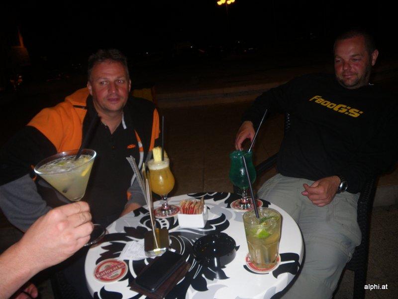 Der Mann rechts trinkt Schlümpfe!